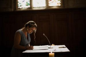 Signature de la témoin de la mariée pendant la cérémonie religieuse